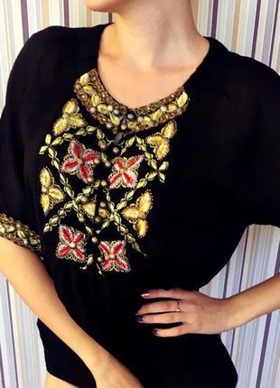 Блуза з вишивкою