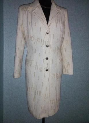 Легкое элегантное пальто.