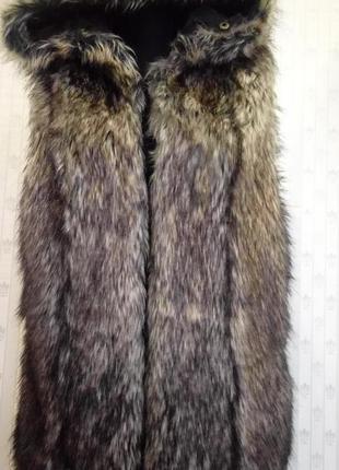 Меховая жилетка с капюшоном guess