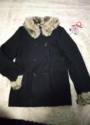 Стильное  пальто с меховым воротничком и манжетами next
