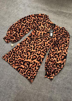 Леопардовое стильное платье с широкими рукавами.