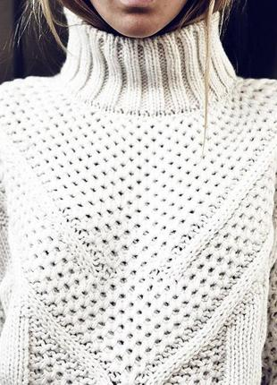 Молочный вязаный свитер с горлом