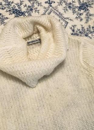 Белый свитер с воротом хомутом