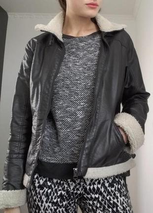 Теплая кожаная куртка-авиатор коричневого шоколадного цвета с мехом по типу овчины