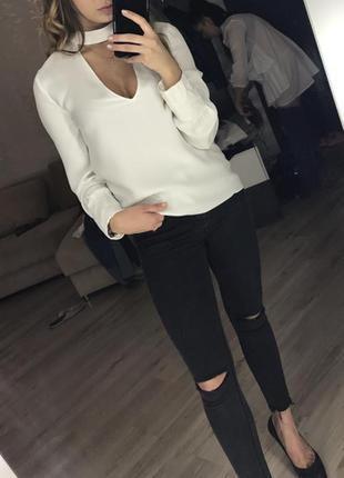 Трендовая блуза свободного кроя с манжетами и чокером