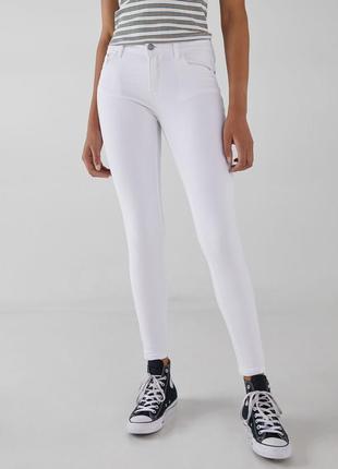 Пуш-ап белые джинсы bershka