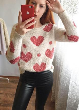 Бежевый пушистый свитер в сердечко