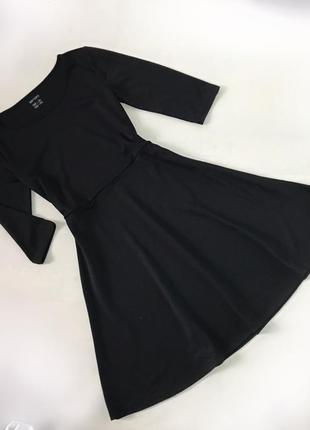 Красивое чёрное платье с трёхчетвертным рукавом круглым вырезом и клешной юбочкой