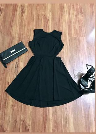Платье чёрное с открытой спиной, переплёт на спине, клёш в низу