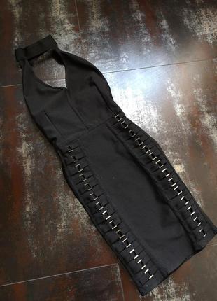 Крутое чёрное платье с чокером prettylittlethings