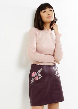 Актуальная мини юбка трапеция из кожзама с вышивкой №48