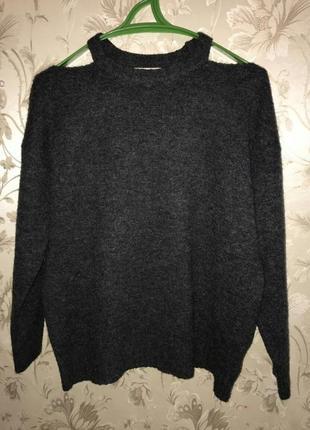 Фирменный свитер с открытыми плечами