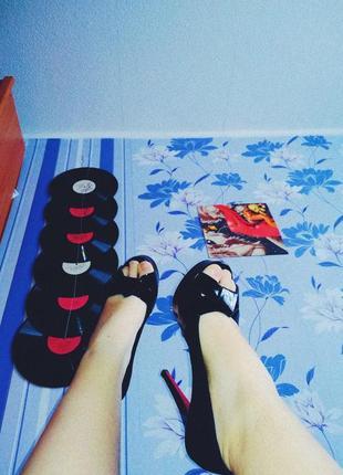 Туфли с открытыми пальцами на высоком каблуке