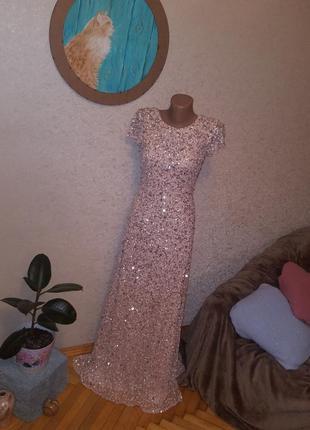 Драматична та приваблива сукня від adrianna papell.