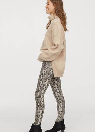 Mom джинсы брюки со змеиным принтом, snakeskin, анималистический принт lefties