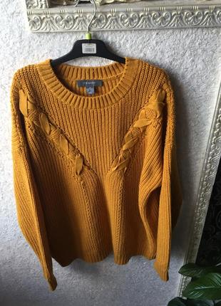 Красивый горчичный свитер с плетением
