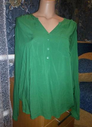 Красивая зеленая блуза