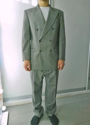Актуальный двубортный шерстяной костюм в клетку