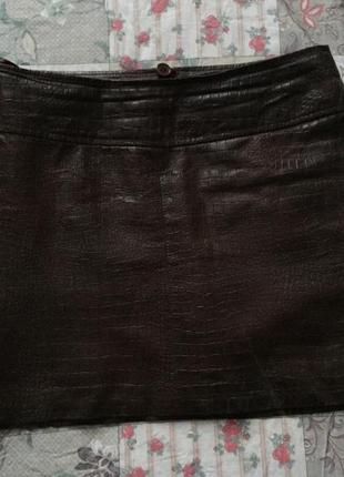Трендовая юбка из натуральной кожи с тиснением