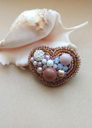 Брошь из бисера коричневая, розовая, сердце с шамбалой
