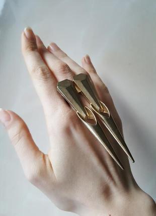 Яркое оригинальное кольцо шипи золото в наличии