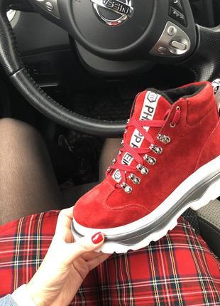 Красные ботинки на шнуровке