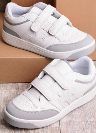 Белые кроссовки на липучках