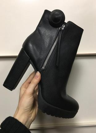 Ботинки ботильены на высоком каблуке