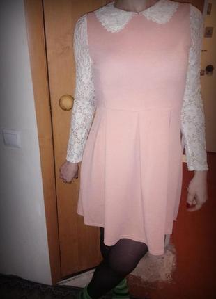 Нежное платье с кружевными рукавами и воротом