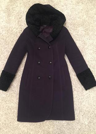 Зимнее пальто темно-фиолетового цвета