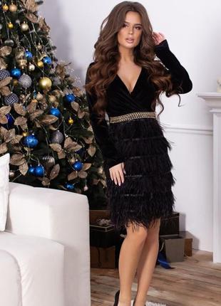 Чорне плаття з страусиним пір'ям