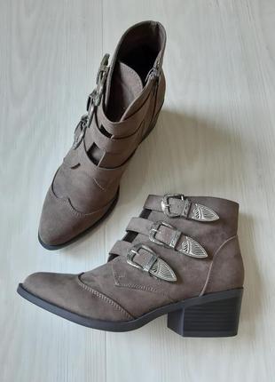 Ботинки,ботильоны, полусапожки, замшевые,с пряжками ,с заклепками,демисезонные 38р