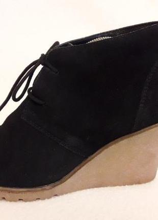 Натуральные замшевые ботинки на танкетке фирмы akira p. 40 стелька 26 см