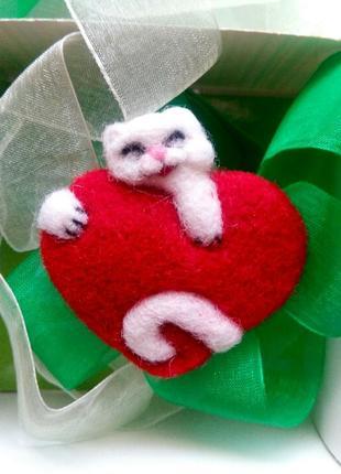 Валяная брошь белый кот с сердцем войлочная брошь котик ручной работы