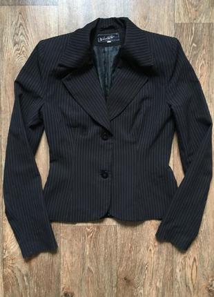 Чёрный классический пиджак в линию vilonna collection