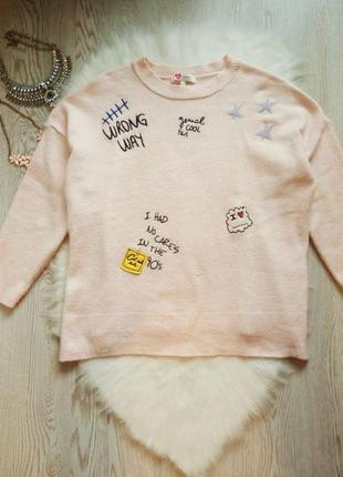 Розовый вязаный свитер кофта оверсайз с нашивками патчами рисунками под горло