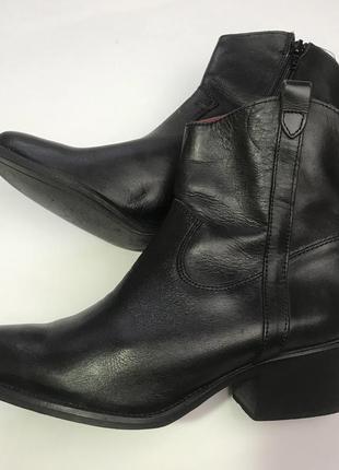 Черные кожаные казаки ботинки на не высоком каблуке от kookai размер 37,5-38.