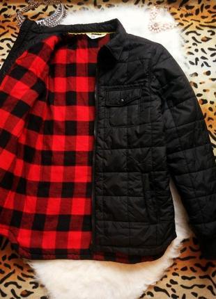 Новая стеганная черная куртка утепленная деми на подкладке в красную клетку короткая h&m