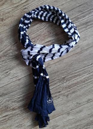 Легкий полосатый шарф.