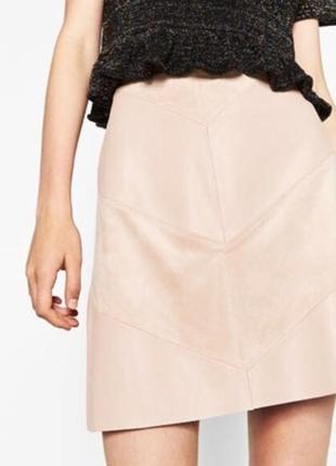 Трендовая нюдовая мини юбка a-line силуэта (кожа/замша) zara
