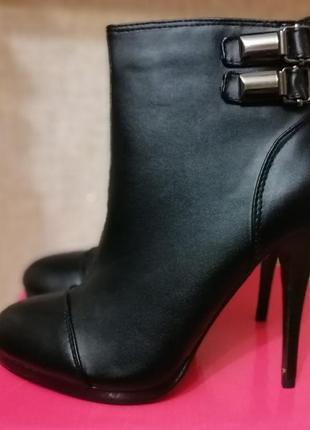 Женские ботинки демисезонные на шпильке plato.