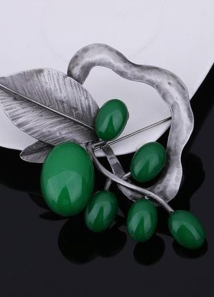 Cтильная брошь гроздья под серебро зеленый