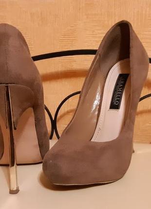 Темно бежевые замшевые туфли на золотой шпильке в стиле casadei