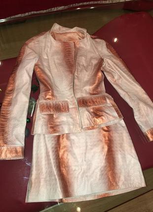Шикарный кожаный костюм. пиджак с юбкой.