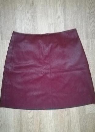 Бордовая юбка из эко кожи