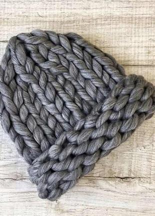 Темно серая шапка крупной вязки из шерсти мериноса хельсинка графитовая вязаная