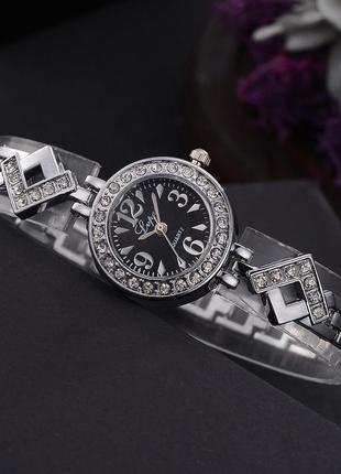 Элегантные часы в камнях серебристые с черным циферблатом