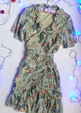Нежное платье из шифона в цветочный принт рисунок с воланами рюшами цветы на запах