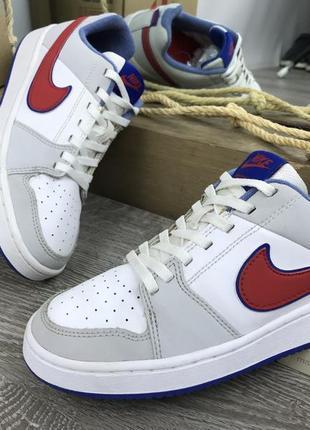 Стильные выдержанные кроссовки