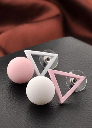 Асимметричные серьги треугольники нежного цвета